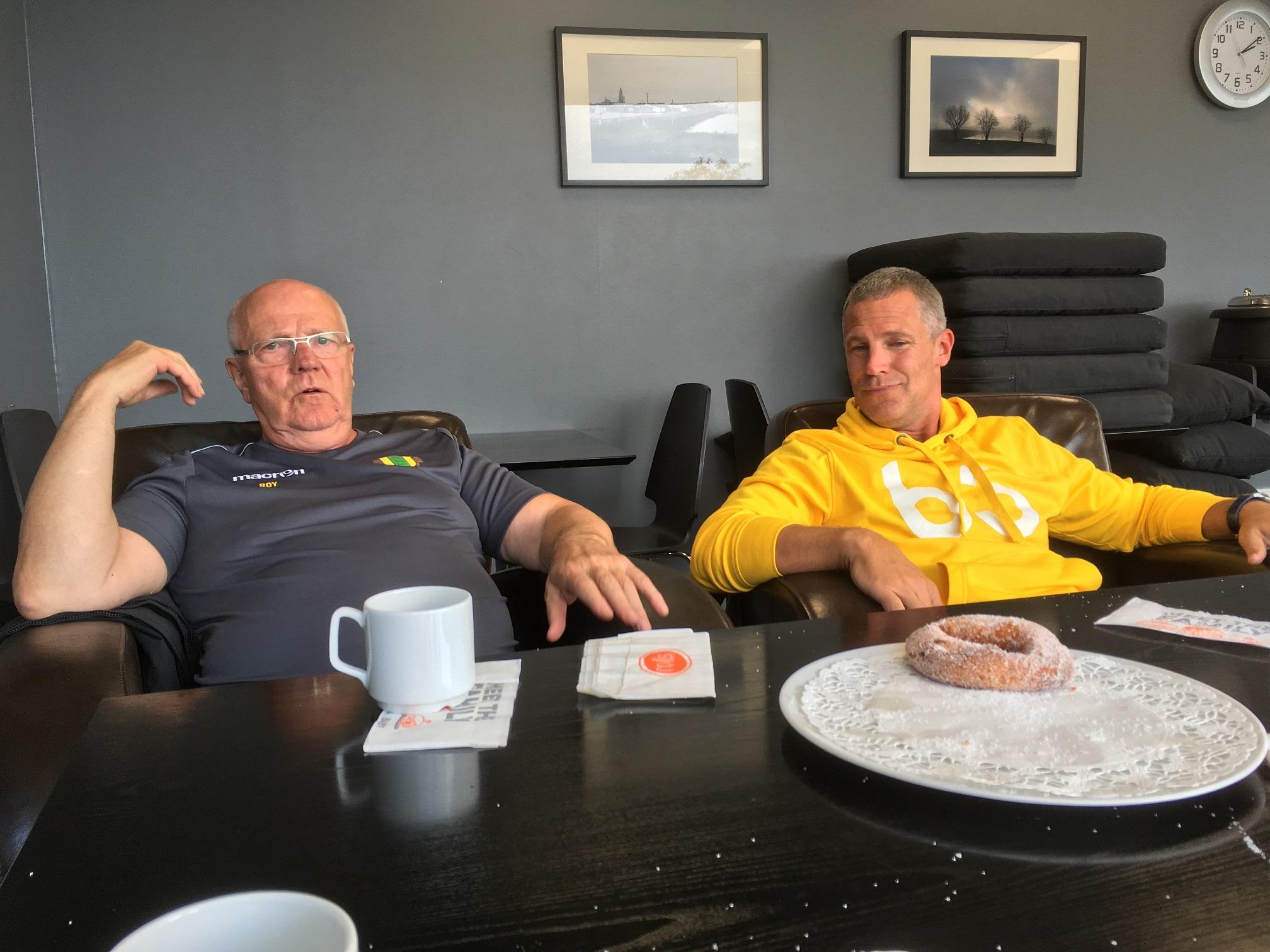 Det frossades i färska munkar på Neste-stationen i Kristinestad sommaren 2018. Den sista blev för mycket för Roy men sönerna offrade sig och delade den mellan sig.