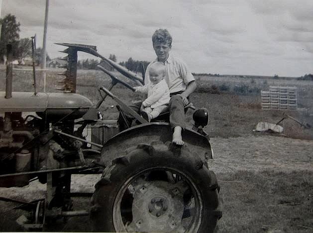 Roy Rosenback med brorsonen Tony Wiklund i början på 1960-talet på Lill-Valmetin. I bakgrunden skymtar Alfred Storkulls gård.