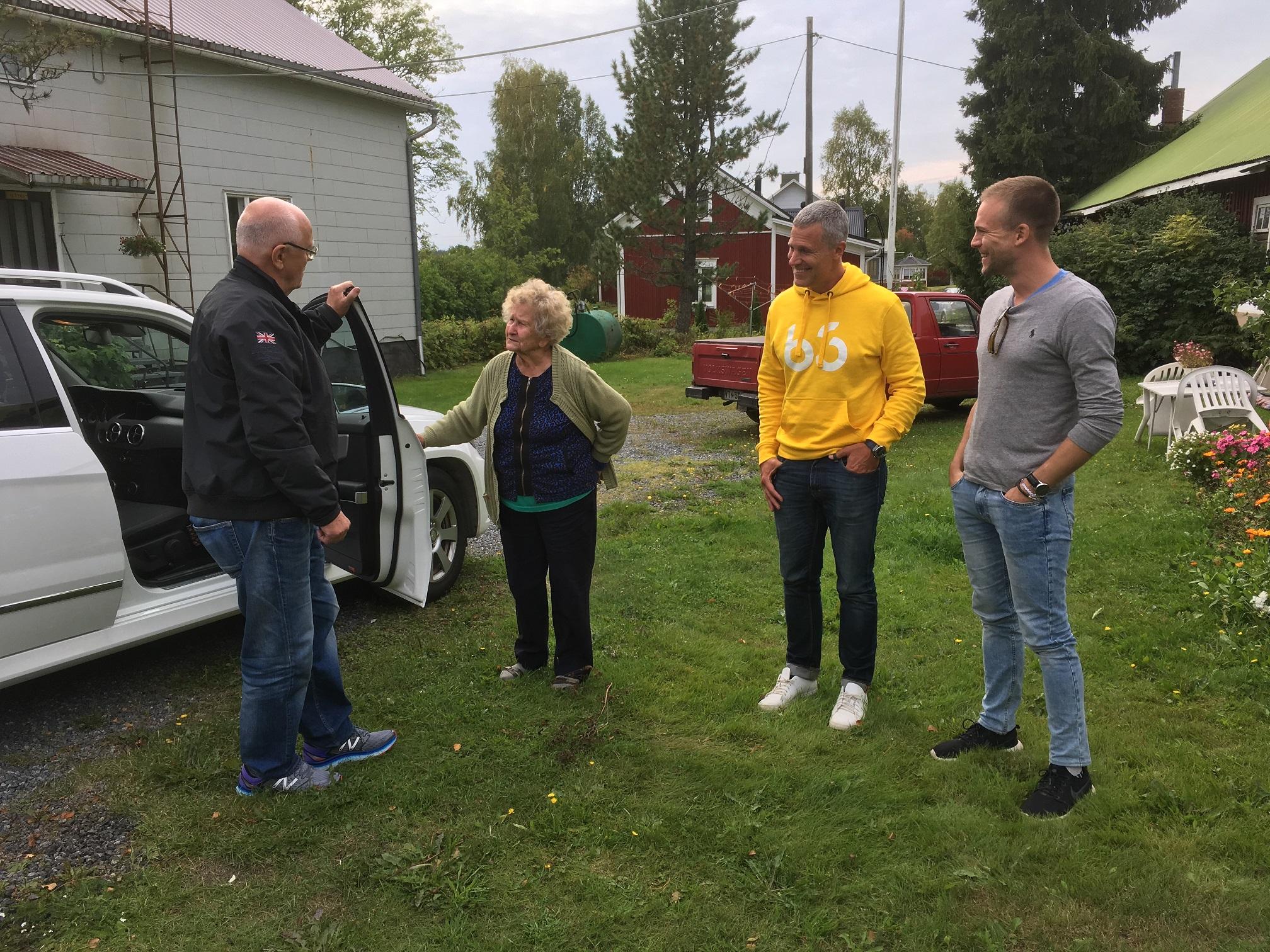 """Med sin stukade fot hade Roy problem att röra sig under rundresan i Dagsmark men ungdomliga Mildred Klåvus som är 99 år, kom i stället ut på gården för att hälsa på sin systerson, som hon inte hade träffat på nästa 50 år. Tommy och Patrik verkar förtjusta över att få träffa sin farmors syster. Gården i bakgrunden tillhörde i tiderna """"Mattas-Viktor"""" och Hilda Grans."""