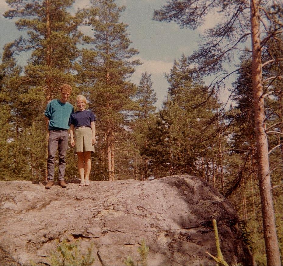 Roy Rosenback med fästmön Birgit Franzén på Lisa Mors sten år 1968.