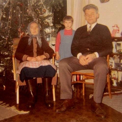 Julen 1967 är Eskil hemma och hälsar på sin mor Selma. I bakgrunden Marina Wiklund.