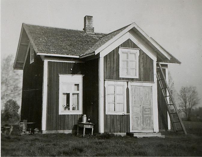 Till den här lillstugan flyttade Selma och Valentin Rosenback i början på 1950-talet och efter det rev sonen Eskil ner den gamla bondgården och av stockarna byggde han en ny gård på andra sidan Åbackvägen.