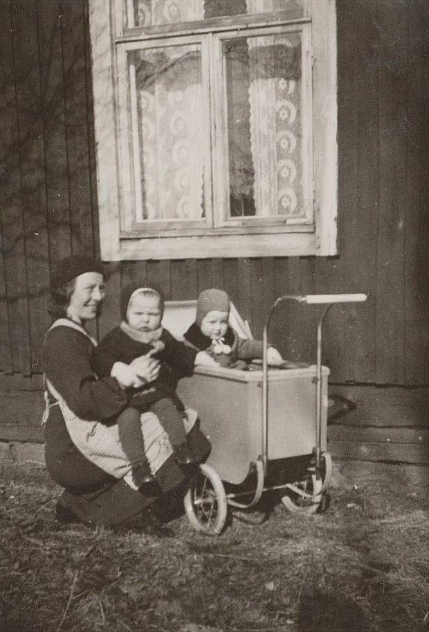 Signe Grans med äldsta dottern Gun-Lis i famnen medan Elof Krook sitter i vagnen.