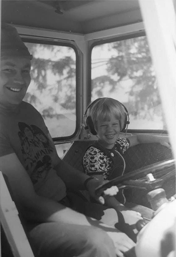 Den unga Tommy med sin farbror Börje Wiklund i traktorn.