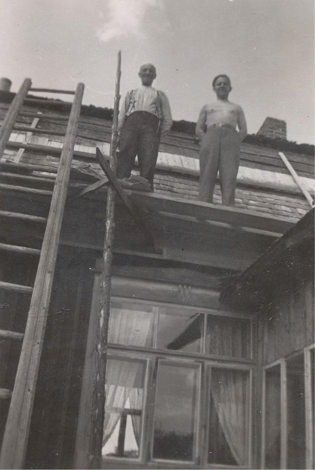 Erland Grönroos hjälper sonen Birger med att spika ett nytt pärttak på Lillsjö-Mattasinas gården på Lillsjövägen. Byggnadsställningarna bestod av en trodå, två brädlappar och två plankor.