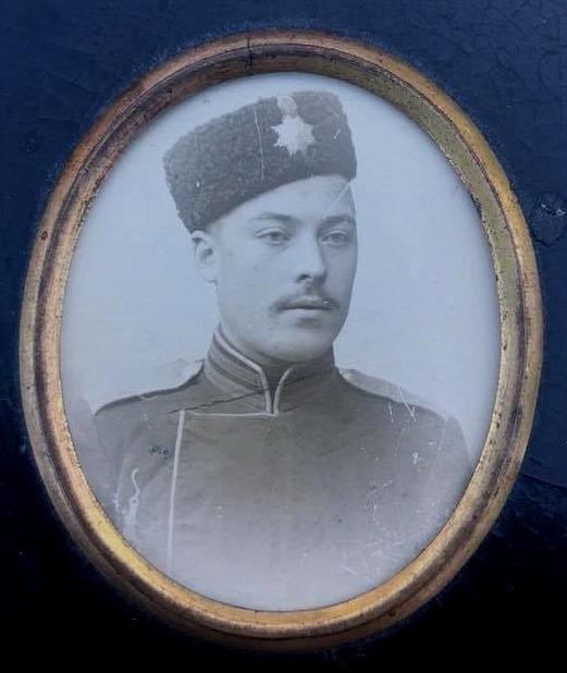 """Valentin Rosenback var medlem i """"Suomen Kaarti"""" eller i det finska gardet fram till augusti 1906 då det på tsarens befallning upplöstes och alla hemförlovades. Medlemmarna uttogs på uppbåd men eftersom det totala antalet i gardet var endast 190, så var det inte så många från Vasa län som antogs."""