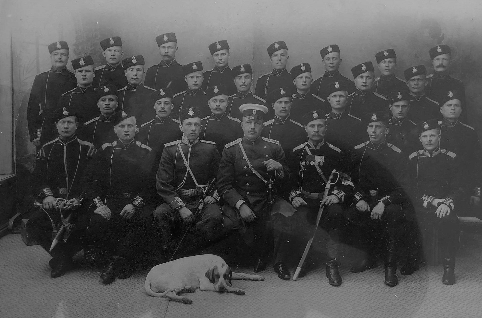 """Trots att den finska militären upplöstes år 1901, så fortsatte Det finska gardet, eller rättare sagt """"Lifgardets 3:e finska skarpskyttebataljon"""" till augusti 1906 då det upplöstes. Den har bataljonen bestod av endast 190 man och till exempel år 1904 uttogs från hela Sydösterbotten 2 man. En av dem var Valentin Rosenback, som sitter i den andra raden, andra man från vänster."""