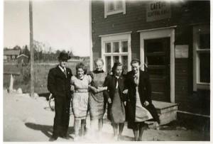 Här står Alfons Lövdahl, Anita Björklund, Verna Agnäs, Alice Norrgård och Gerda Klåvus utanför Central Cafe, eller Sigrids cafe som det också kallades.