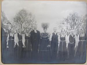 Agnäs Frans och Amandas bröllop år 1912. Från vänster läraren Selim Knus från Lappfjärd, Frans´syster Ida, gift Backlund, Frans´bror Anselm som dog i striderna i Tammerfors 1918, Hilda Riihiluoma från Bötom. Bredvid Amanda står Johan Lillkull och Frans´syster Hilma, senare gift med Valdemar Rosengren, sedan Jens Silvernagel som var kusin med Frans. Flickan längst till höger tillsvidare okänd.