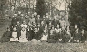 Elever i Dagsmark Folkskola år 1934 tillsamans med lärarna Einar Lind och Linnea Teir. Dom gifte sig i augusti 1935.