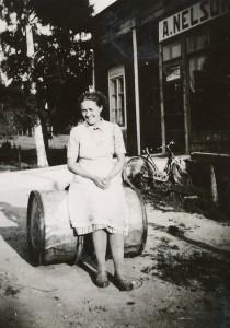 Här sitter Ellen Söderqvist, gift Sten utanför Axel Nelsons affär som låg 100 m väster om skolan.