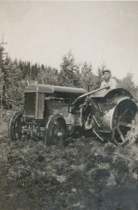 Nog ser han lite stolt ut, den unga Lennart Grans med sin traktor med järnhjul. Med denna plogade han upp en stor del av Dagsmark Storträsk, det vi i dag kallar för Träsk.