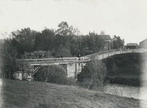Bron över Lillån på 1910-talet. Huset till höger uppe på backen flyttades sedan över vägen år 1920, där det fortfarande står.