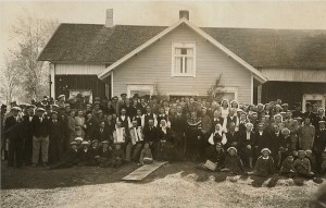Det är beundransvärt hur väl fotografen Artur Lövholm fick alla bröllopsgästerna samlade för gruppfoto. Bröllopet hos Norrgårds i Klemetsändan.