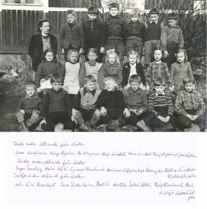 Småskolans andra klass 1949-50 med läraren Elvi Rosenback.