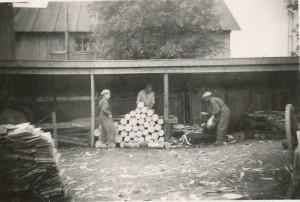 Efter senaste krig var pärtor det vanligaste takläggningsmaterialet. Därför fanns det flera hyvlar i gång, här till exempel hyveln bakom Klemets kvarn. Fr. v. Tor Vidberg, Voitto Kangas och Frans Lillsjö.