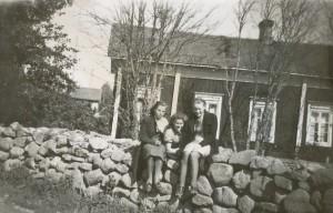 Tre unga damer poserar på stenmuren utanför Agnäs Henriks gård som stod där P. Klåvus bor idag.